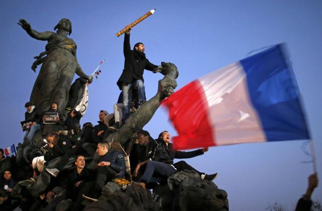 attentats-paris.le-drapeau-francais-reprend-des-couleurs_0